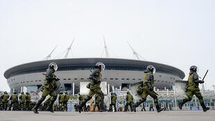 رجال من الشرطة الروسية خلال تدريبات أمنية أمام ملعب سانت بطرسبرغ