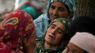 امرأة تبكي في جنازة-