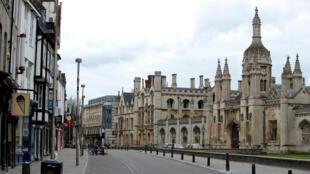 أمام جامعة كامبريدج البريطانية