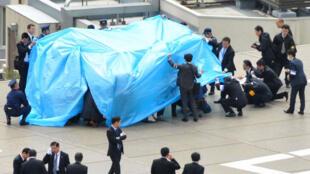 الشرطة تغطي الطائرة بدون طيار على سطح مكتب رئيس الوزراء الياباني