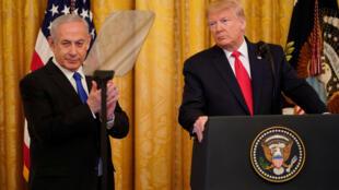 الرئيس الأميركي أثناء إعلانه عن خطة السلام وإلى جانبه رئيس الوزراء الإسرائيلي