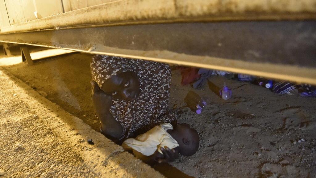 مهاجرة إفريقية تحاول الاختباء مع طفلها لتفادي الترحيل (أ رشيف)