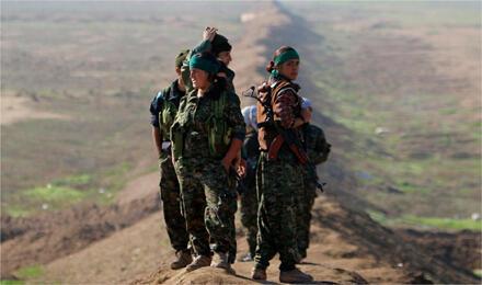 """مقاتلات من """"وحدات حماية الشعب"""" الكردية / قرب الحدود السورية العراقية في 22 كانون الأول 2014 (الصورة من رويترز)"""