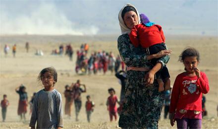 لقطة شهيرة لنزوح جماعي للأقلية الأزيدية من بلدة سنجار العراقية باتجاه الحدود السورية / في 11 آب 2014 (الصورة من رويترز)