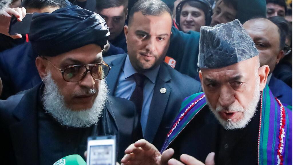 "رئيس أفغانستان السابق ""حميد كرزاي"" (يمين) ورئيس وفد طالبان ""ستانيكزاي""، موسكو 05-02-2019"