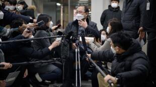 المحامي كيم كانغ وون يتحدث إلى وسائل الإعلام في سيول في 8 يناير 2021 حيث أمرت محكمة كورية جنوبية الحكومة اليابانية بدفع تعويضات لـعبيد الجنس من النساء خلال الحرب العالمية الثانية