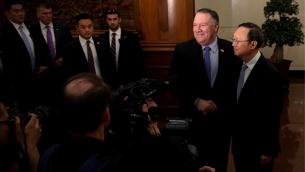 وزير الخارجية الامريكى مايك بومبيو  يصافح عضو مجلس الدولة الصينى يانغ جيه تشى