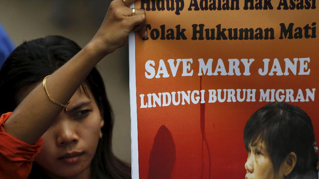 """سيدة تحمل ملصق يطالب بالحفاظ على حياة """"ماري جان"""" أحد المحكومين بالإعدام بتهمة تهريب المخدرات في أندونسيا"""