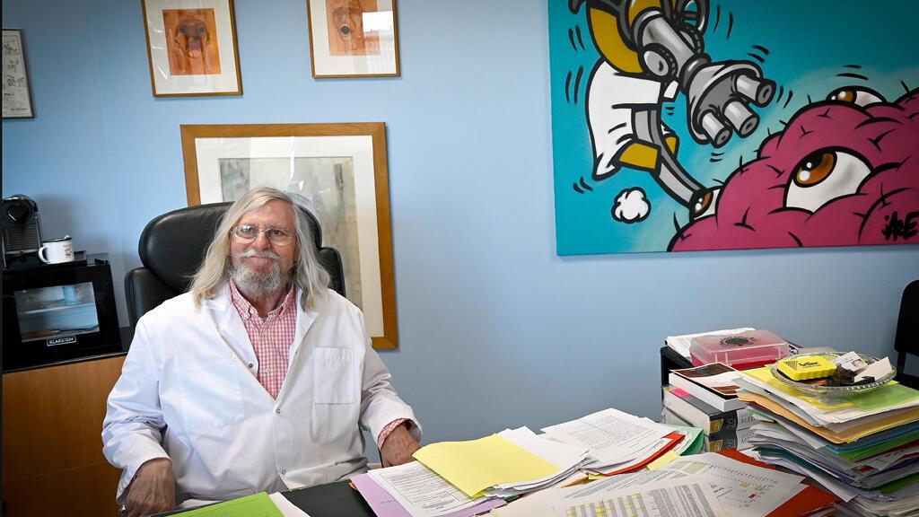البروفسور ديدييه راو، المتخصص في الأمراض المعدية، في مكتبه، مرسيليا