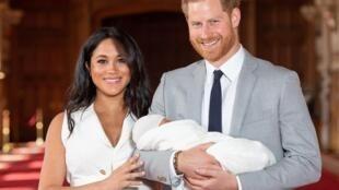 الأمير هاري وزوجته ميغان ماركل رفقة مولودهما