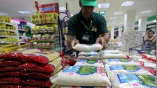سلع تموينية معروضة في متجر في العاصمة المصرية القاهرة
