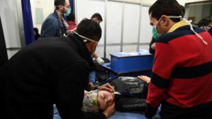 امرأة تتنفس من خلال قناع أكسجين بعد ما قالت وسائل الإعلام الرسمية السورية إنه يشتبه بأنه هجوم بالغاز السام في حلب