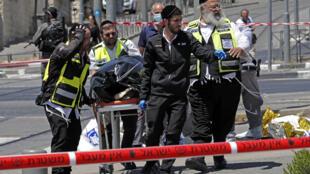 خدمة الطوارئ الإسرائيلية تنقل جثة مهاجم قتل برصاص الشرطة بعد طعن رجلين إسرائيليين في محطة ترام بالقرب من حي الشيخ جراح في القدس الشرقية، في 24 مايو 2021.