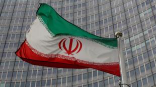 العلم الإيراني أمام الوكالة الدولية للطاقة الذرية في فيينا