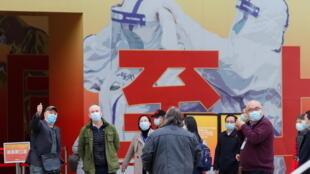فريق منظمة الصحة يزور مستشفى في ووهان استقبل أولى الإصابات بكوفيد-19