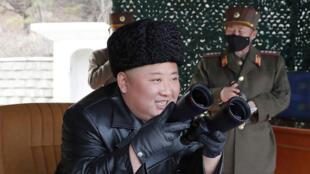 كيم جونغ أون يشرف على المناورات العسكرية