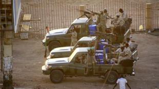 عناصر من جهاز المخابرات العام في السودان تطلق النار في الهواء يوم 14 يناير/ كانون الثاني 2020