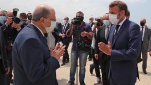 الرئيس اللبناني ميشال عون (على اليسار) يستقبل الرئيس الفرنسي إيمانويل ماكرون  في بيروت يوم 6 أغسطس 2020