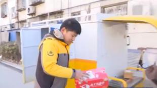 ساعي التوصيل في الصين في ظل كورونا