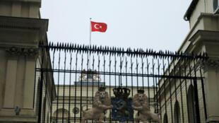 متظاهرون أتراك يرفعون العلم التركي فوق قنصلية هولندا في اسطنبول بدلا من العلم الهولندي