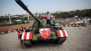 دبابة عسكرية أمام ملعب ريد ستار الصربي
