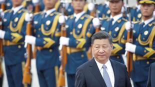 الرئيس الصيني شي جينبينغ يؤدي التحية لبعض عناصر جيش التحرير