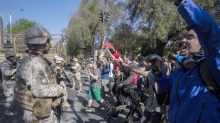 متظاهرون في العاصمة الشيلية سانتياغو يوم 20 اكتوبر 2019