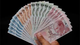 عملات ورقية من الليرة التركية في اسطنبول