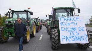 مزارعون فرنسيون يغلقون الطريق احتجاجا على الصورة السيئة المحمولة عنهم