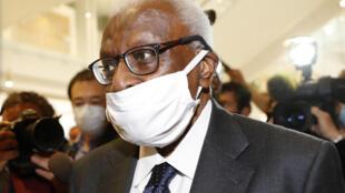 الرئيس السابق للاتحاد الدولي لألعاب القوى السنغالي لامين دياك يصل إلى قاعة المحكمة في باريس يوم 8 يونيو 2020