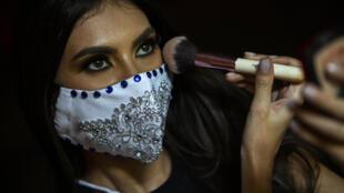"""آنا مارسيلو، إحدى المتنافسات في مسابقة """"ملكة جمال نيكاراغوا"""" ترتدي كمامة وتستعد للمشاركة في الحفل النهائي للمسابقة يوم 8 أغسطس آب 2020"""