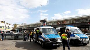 ضباط الشرطة في ألمانيا يقومون بدورية في برلين يوم 3 أبريل 2020