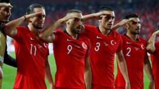 منتخب تركيا يؤدي التحية العسكرية احتفالا بفوزه على منتخب ألبانيا