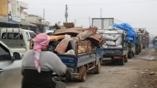 شاحنات تحمل أمتعة أشخاص يفرون من معرة النعمان في شمال إدلب-