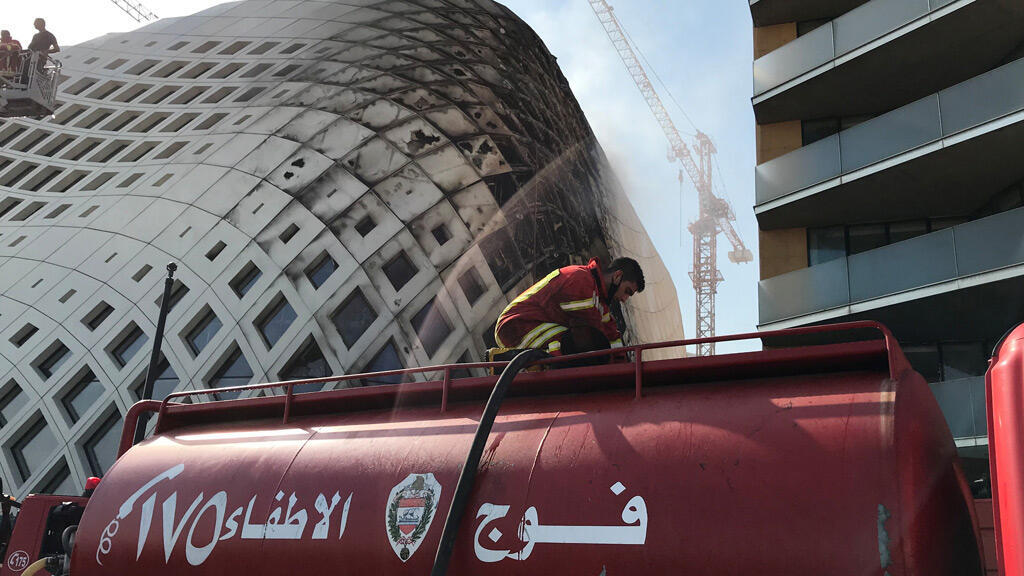 عناصر الإطفاء تخمد حريقاً نشب في وسط العاصمة اللبنانية بيروت