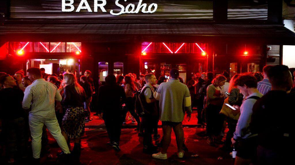 الناس يتجمعون في حانة في بريطانيا