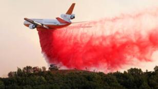 طائرة مكافحة الحرائق في غابات كاليفورنيا