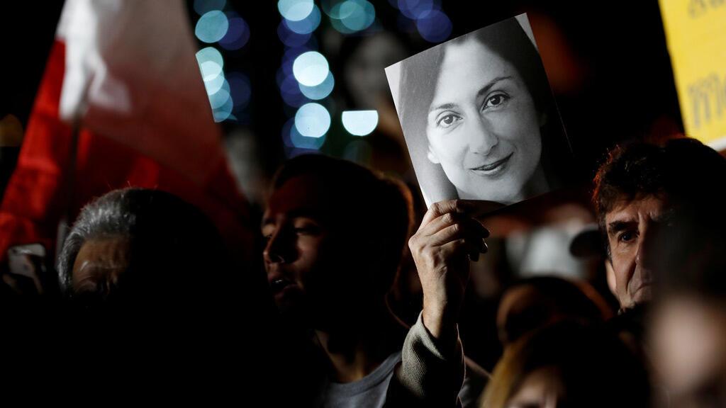 مظاهرة للمطالبة بالعدالة بشأن مقتل الصحفية دافني كاروانا جاليزيا خارج مكتب رئيس الوزراء في أوبيرج دي كاسل في فاليتا-