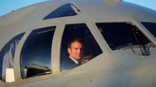 ماكرون في طائرة عسكرية
