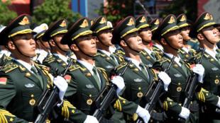 جنود من الجيش الصيني خلال عرض عسكري في موسكو