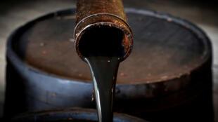 النفط يتدفق من صنبور من بئر إدوين دريك الأصلي