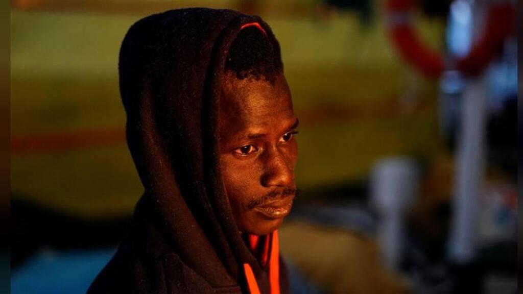 مهاجر أفريقي يرتاح على متن سفينة الإنقاذ ذا أوبن آرمز التي تعمل من إسبانيا في وسط البحر المتوسط