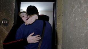 نيفين زهي تحتضن ابنها الصحفي الفلسطيني أمجد ياغي