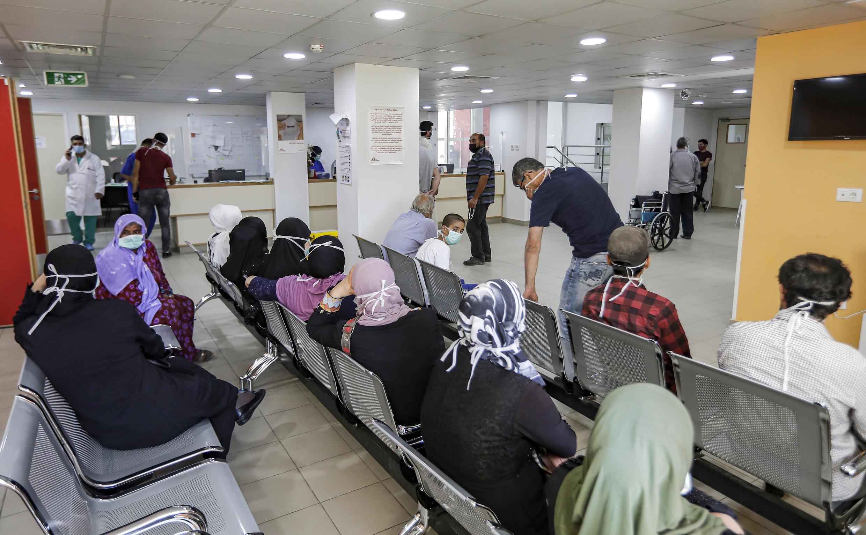 """مواطنون لبنانيون ينتظرون دورهم لتلقي المساعدات من جمعية """"أطباء بلا حدود"""" في مستشفى تأبع للامم المتحدة في """"بر الياس""""، البقاع، لبنان (21 يوليو 2020)"""