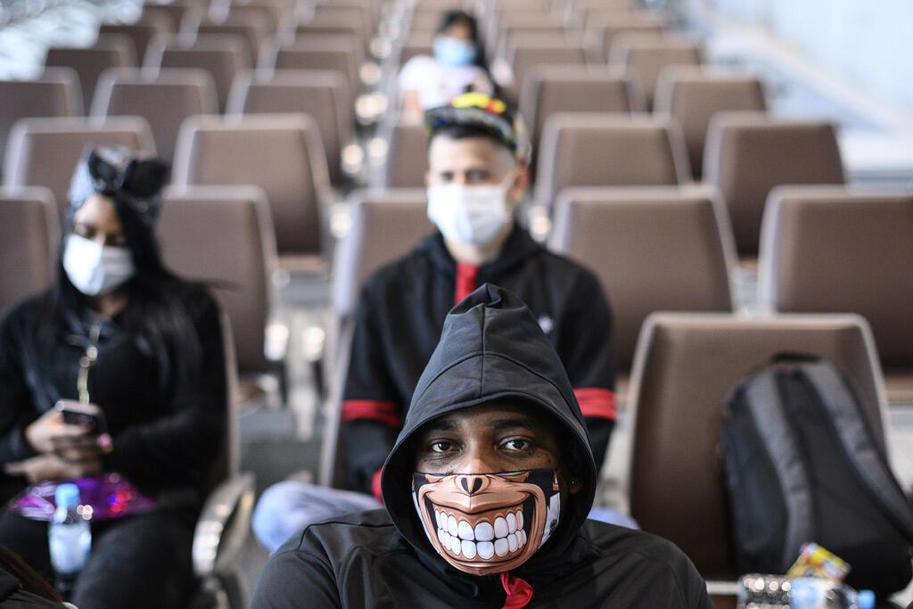 رجل يرتدي قناع وجه في محطة الرحلات البحرية في هونغ كونغ