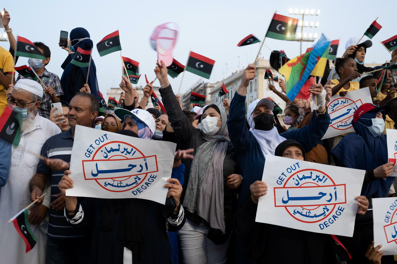 شعارات تطالب برحيل البرلمان خلال مظاهرة في ليبيا