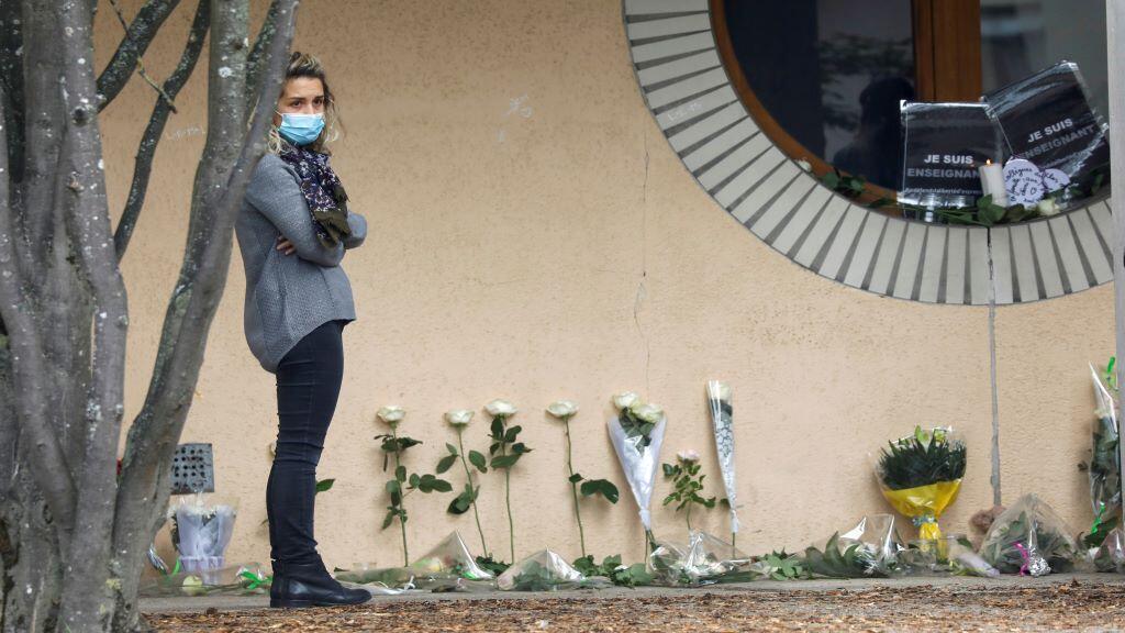 وضع الزهور أمام المدرسة التي يدرس بها ضحية العملية الارهابية في ضواحي باريس