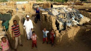 عائلة سودانية في مخيم للاجئين في إقليم دارفور