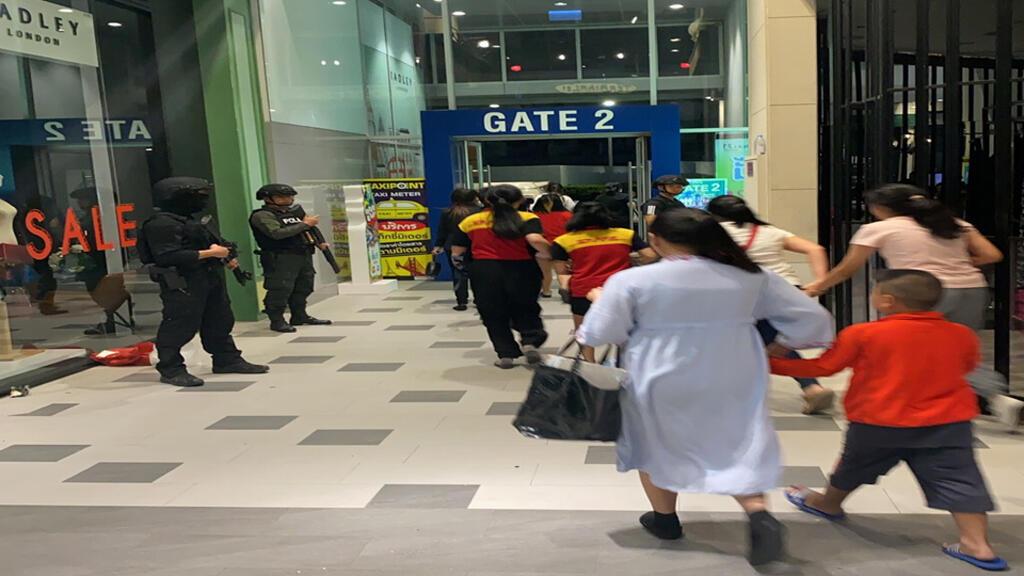 مساعدة الأمن للمواطنين على الفرار بعد إطلاق نار عشوائي في تايلندا