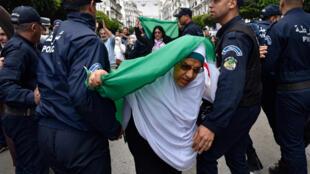 الشرطة تفرق مظاهرة في منتصف ابريل / نيسان 2020
